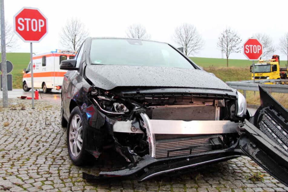 Der Mercedes wurde bei Unfall stark beschädigt.
