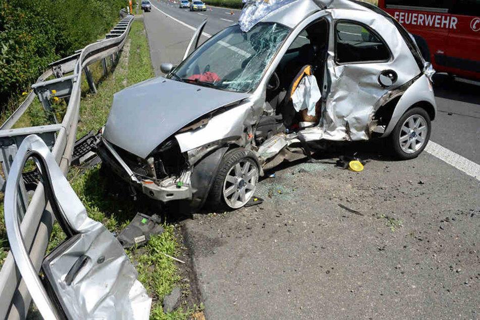 Die Frau wurde in ihrem Ford Ka eingeklemmt und starb noch an der Unfallstelle.
