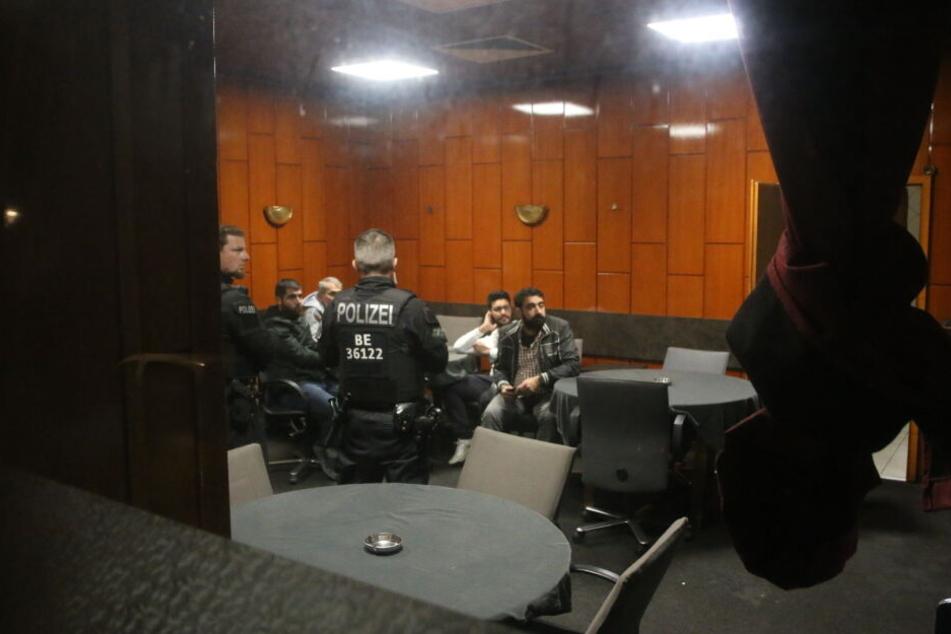 Am Freitagabend durchsuchten Polizisten mehrere Shisha-Bars und Lokale in Berlin-Wedding.