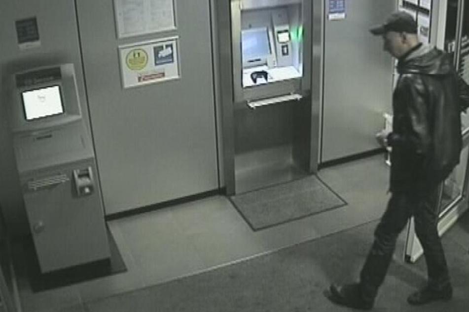 Am Morgen nach der Tat betraten zwei Männer eine Bankfiliale und hoben mit den geklauten EC-Karten Geld ab.