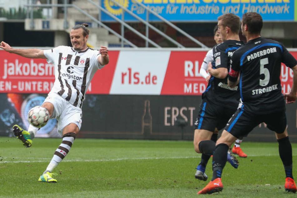 Alex Meier mit perfekter Schusshaltung. Paderborns Abwehrspieler gucken nur zu.