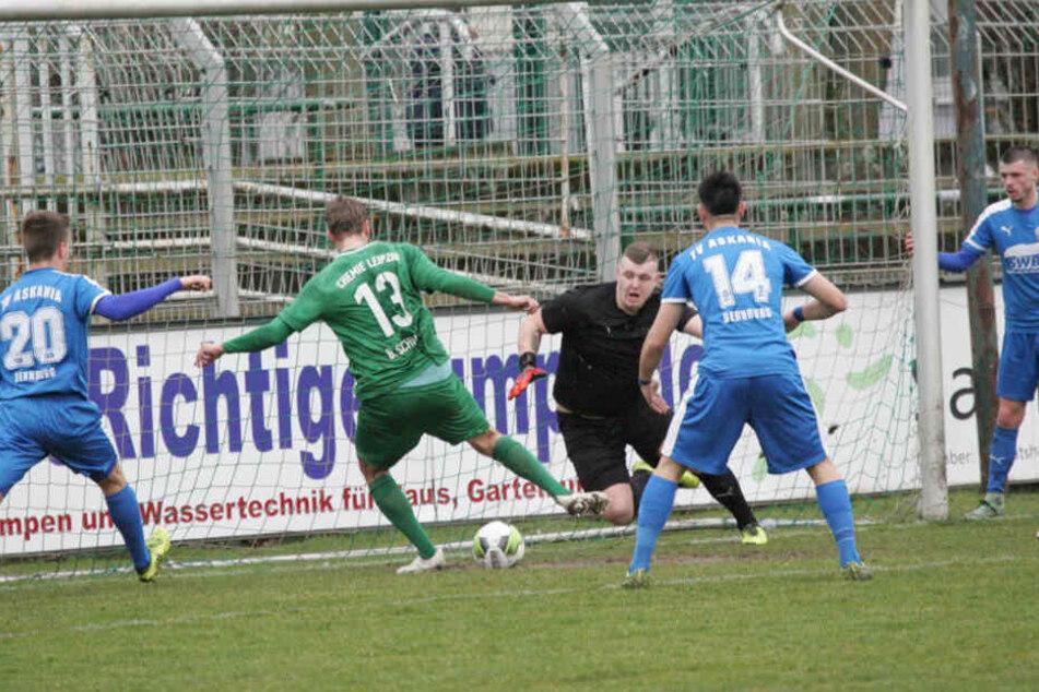 Giovanni Datemasch (Mitte) ist nicht länger Keeper bei Askania Bernburg.