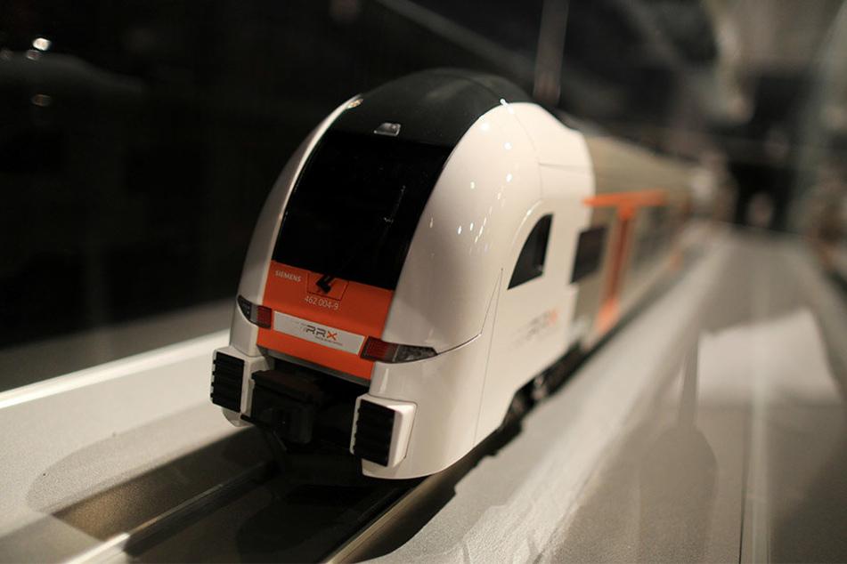 Ein Modell des neuen RXX-Zuges steht in Hamm im Helios Theater in einem Schaukasten.