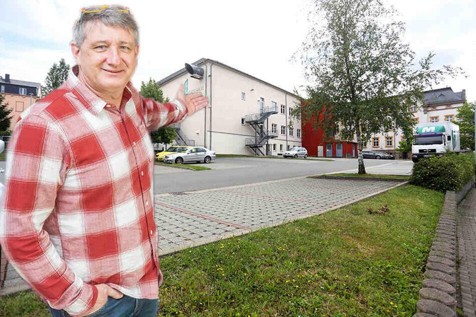 Stadthallen-Chef Wolfgang Dorn (55) will das Open-Air-Spektakel Impulsiva auf diesen Parkplatz mitten in Limbach-Oberfrohna verlegen.