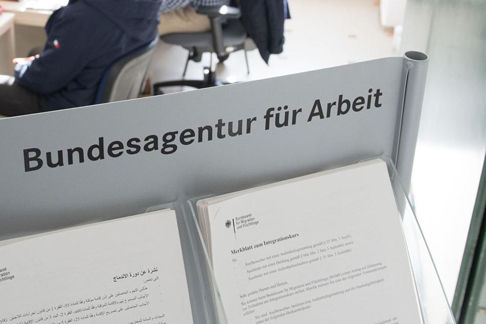 Da der Asylsuchende eine Arbeitsstelle gefunden habe, müsse das Amt nicht für seine Miete aufkommen.