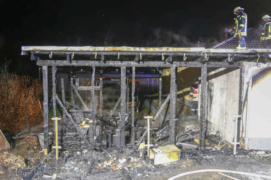 Nur noch Trümmer übrig: Carport brennt komplett aus