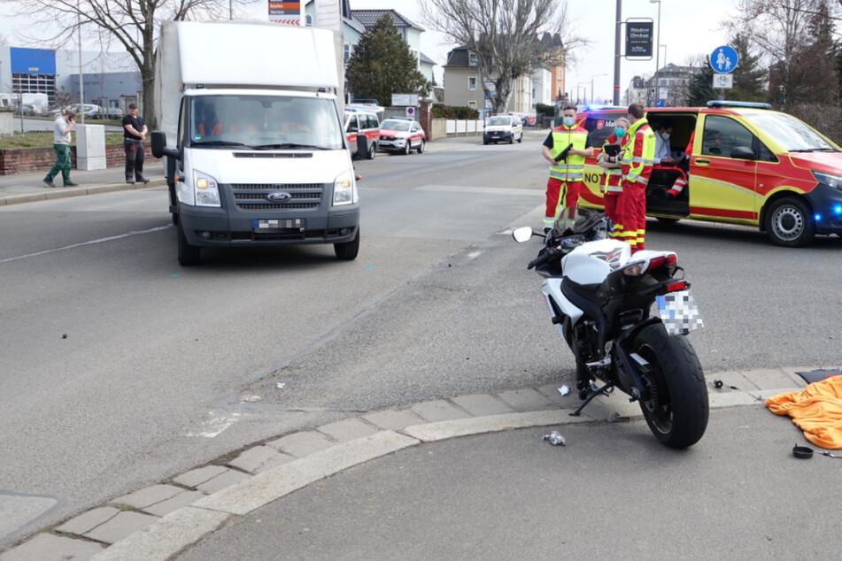 Motorrad kracht in Fahrerseite von Transporter: Biker verletzt