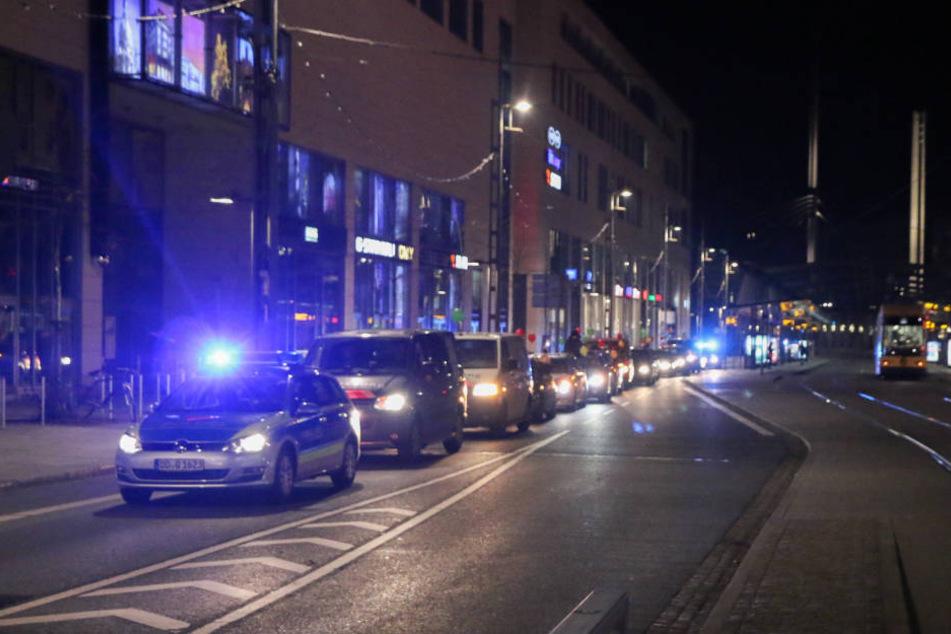 Ca. 15 Autos fuhren am Mittwochabend im Autokorso durch Dresden.