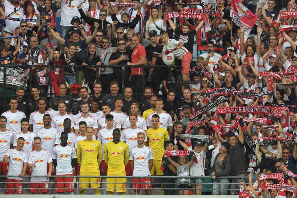 Nach dem Spiel gegen Stoke City versammelte sich die Mannschaft im Sektor B, um gemeinsam mit den Fans ein XXL-Foto zu schießen.