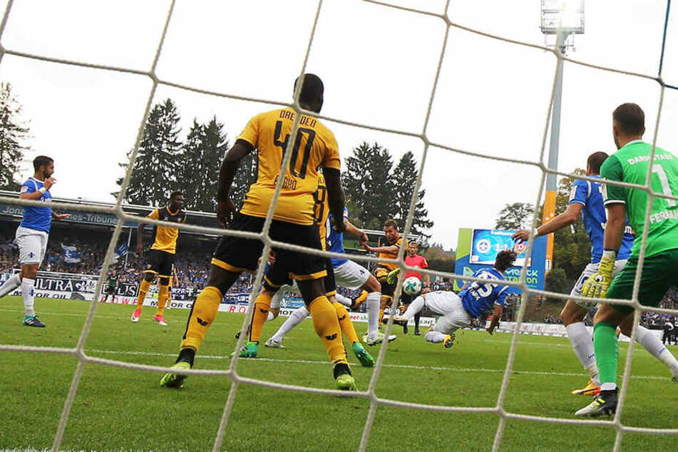 Manuel Konrad (M.) hat abgezogen, gleich landet der Ball im Darmstädter Kasten. Konrad erzielte beim 3:3 alle Dresdner Tore