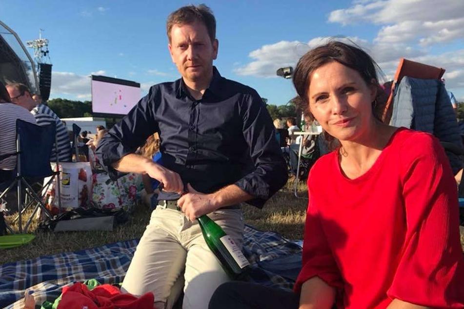 Alles sitzt, Flasche ploppt - MP Michael Kretschmer (43) und Annett Hofmann (42) sind für das Open-Air-Konzert im Leipziger Rosental gerüstet.