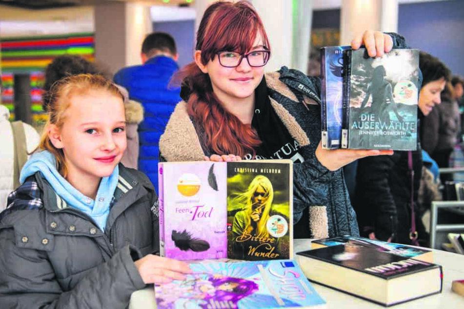 Sie bauen ihre Fantasy-Lesewelt mit günstigen Büchern aus: die Chemnitzer Leseratten Clara (11, l.) und Annabel (16).