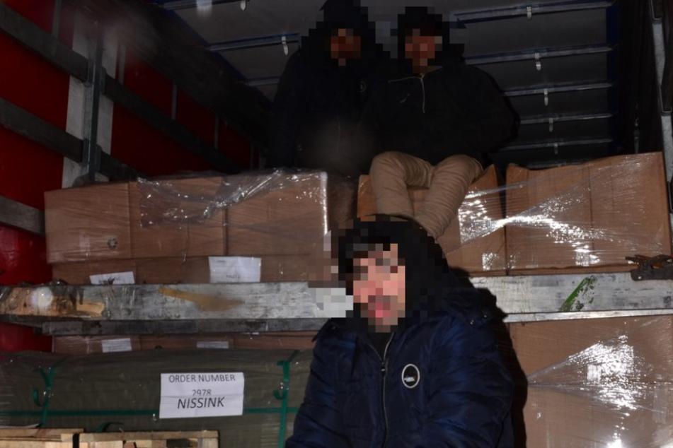 Drei afghanische Staatsangehörige wurden auf der Ladefläche entdeckt.