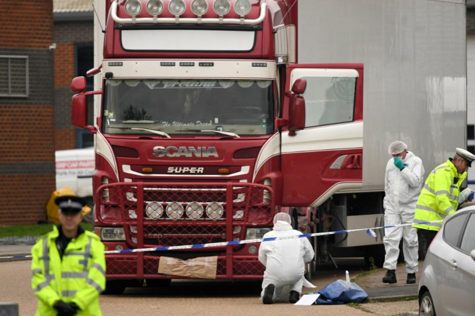 Polizisten und Mitarbeiter der Spurensicherung arbeiten an dem Lkw, in dem 39 Leichen gefunden wurden.
