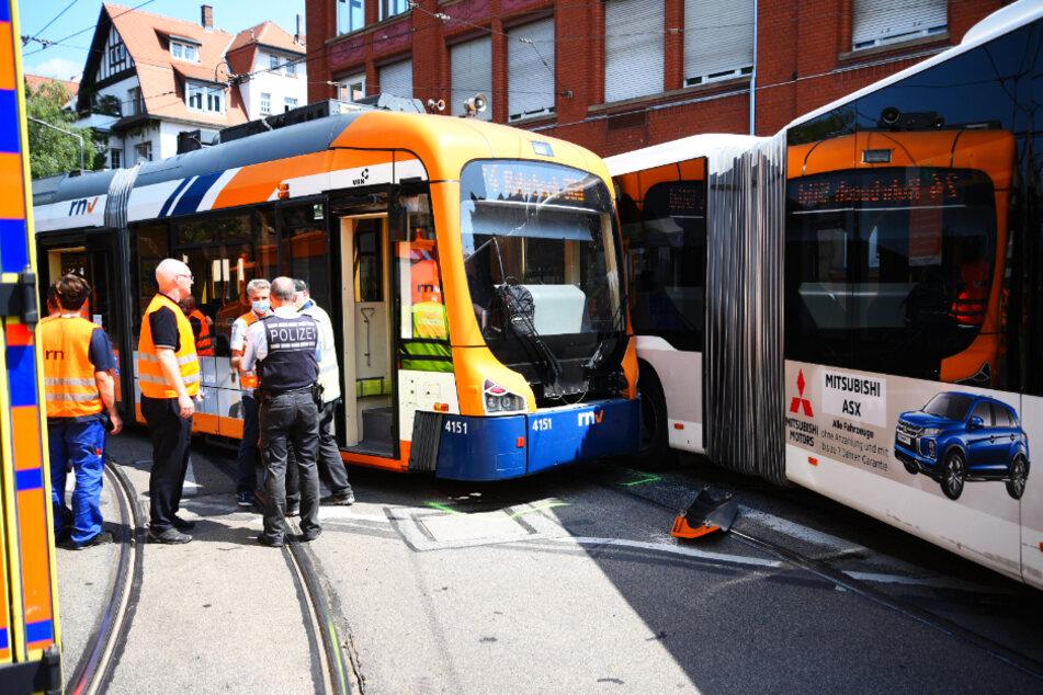 Bei dem Unfall zwischen dem Bus und der Straßenbahn sind mehrere Insassen verletzt worden.