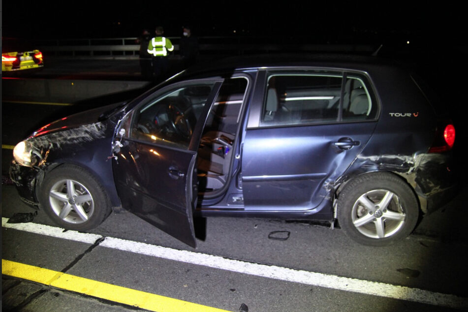 Der VW Golf wurde durch den Unfall an der Seite beschädigt.