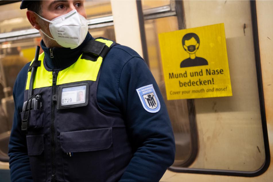Ein Sicherheitsmitarbeiter der Münchner Verkehrsgesellschaft mit einer sogenannten OP-Maske nach Standard KN95/N95 oder FFP2.