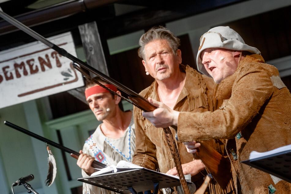 Die Schauspieler Sascha Hödl (v.l.) als Winnetou, Joshy Peters als Old Shatterhand und Jogi Kasier als Sam Hawkins stehen bei Proben zum Live-Hörspiel auf der Bühne.