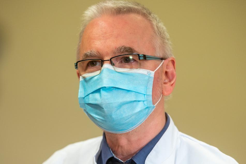 Mit Maske, aber gut verständlich: Dr. Thomas Grünewald (56).