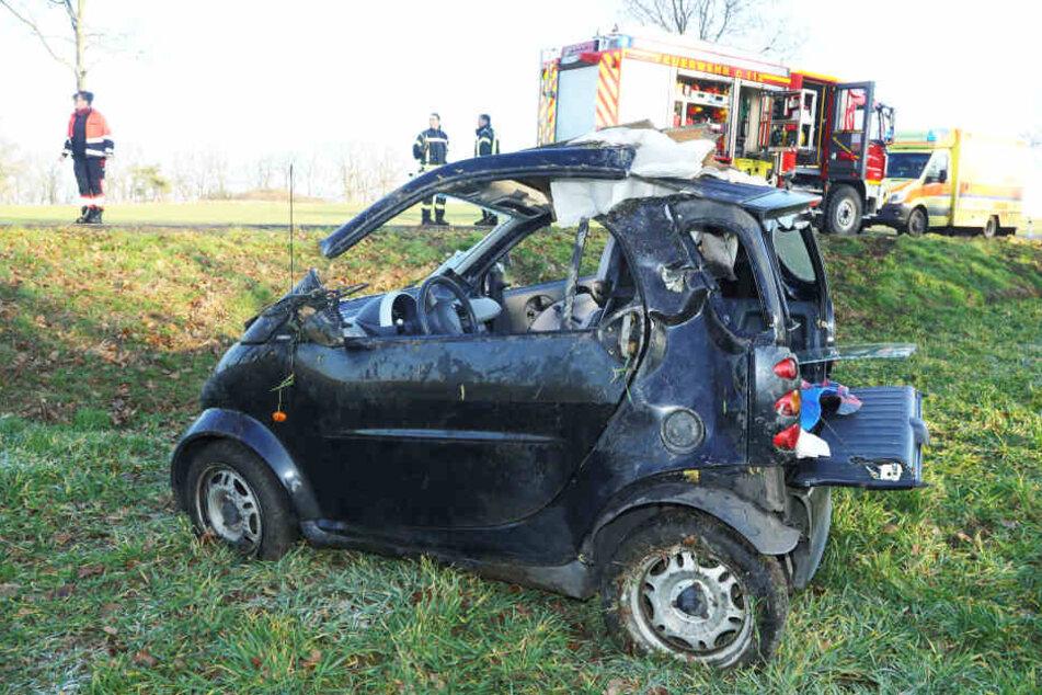 Smart bei Radeburg völlig zerfetzt: War zu schnelles Fahren bei Glätte Grund?