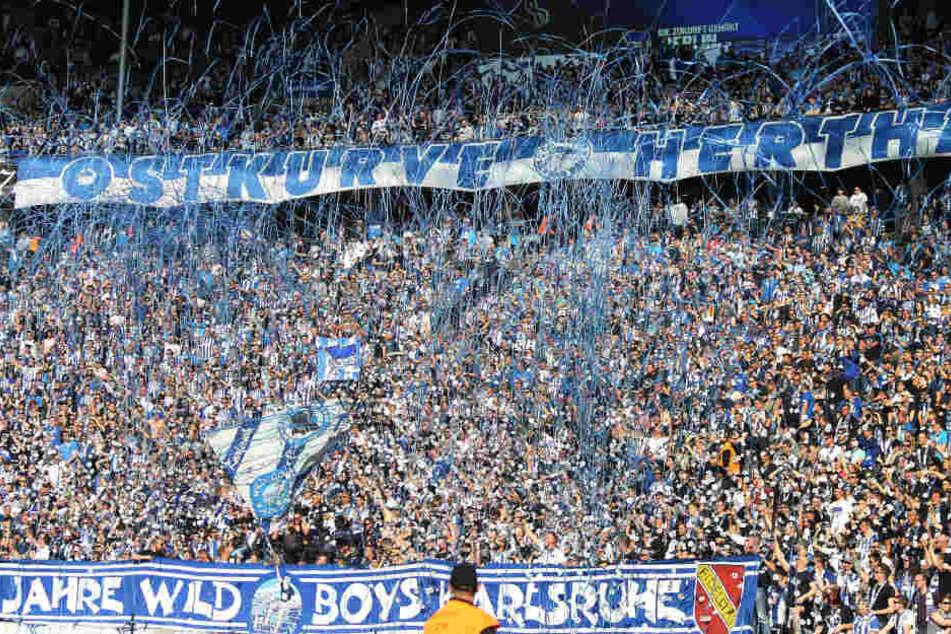 Hertha BSC spielt traditionell in blau-weiß-gestreiften Trikots.