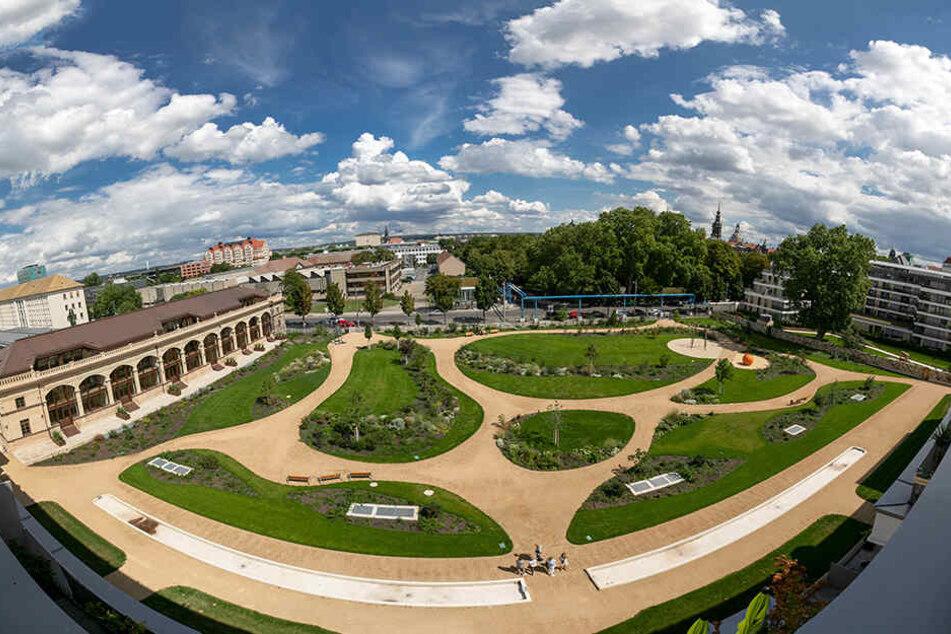 """Ein Blick auf den nach historischem Vorbild errichteten """"Herzogin Garten"""" mit Orangerie."""
