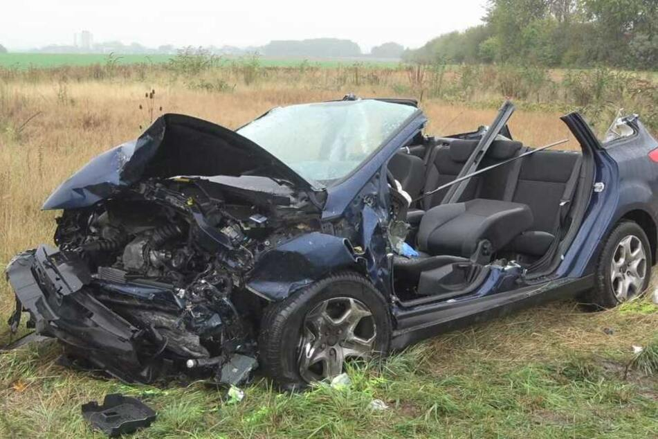 Das Auto musste von der Feuerwehr aufgeschnitten werden.