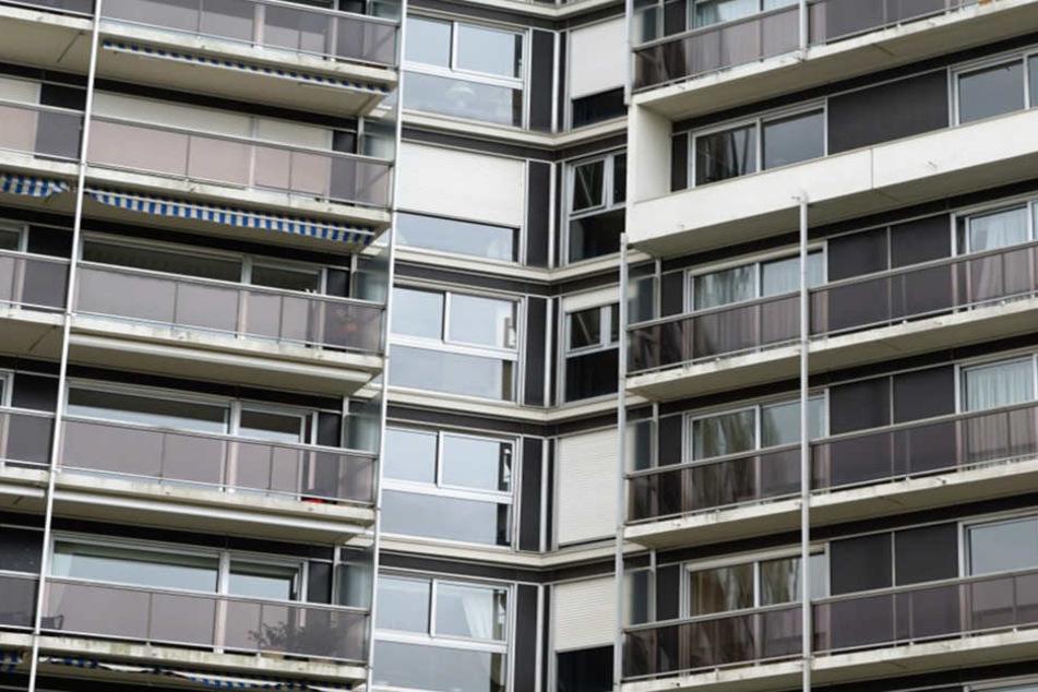 Ein 21-jähriger Mann stürzte am frühen Samstagmorgen von einem Balkon. (Symbolbild)