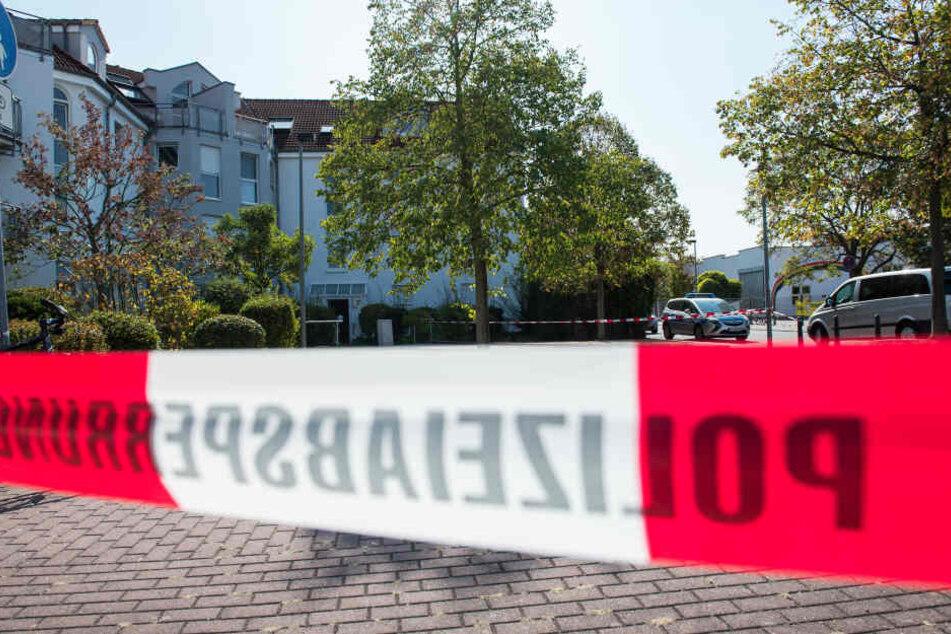 In einem Mehrfamilienhaus soll die Leiche einer 80-Jährigen gefunden worden sein, nachdem sie einen Enkeltrick-Anruf erhalten hatte. (Symbolbild)