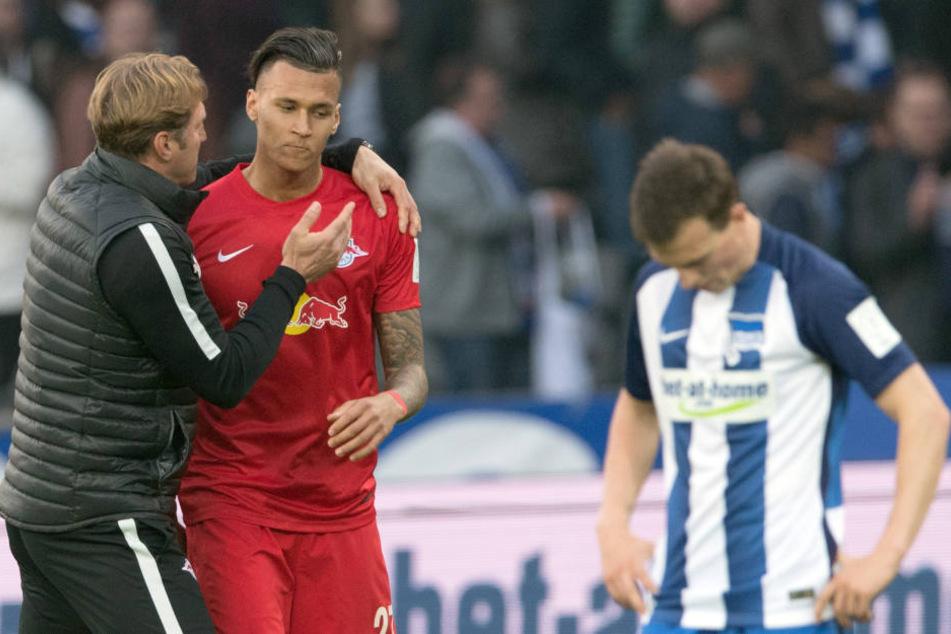 RB-Trainer Ralph Hasenhüttl (l.) freute sich mit seinem damaligen Stürmer Davie Selke über dessen zwei Tore in Berlin.