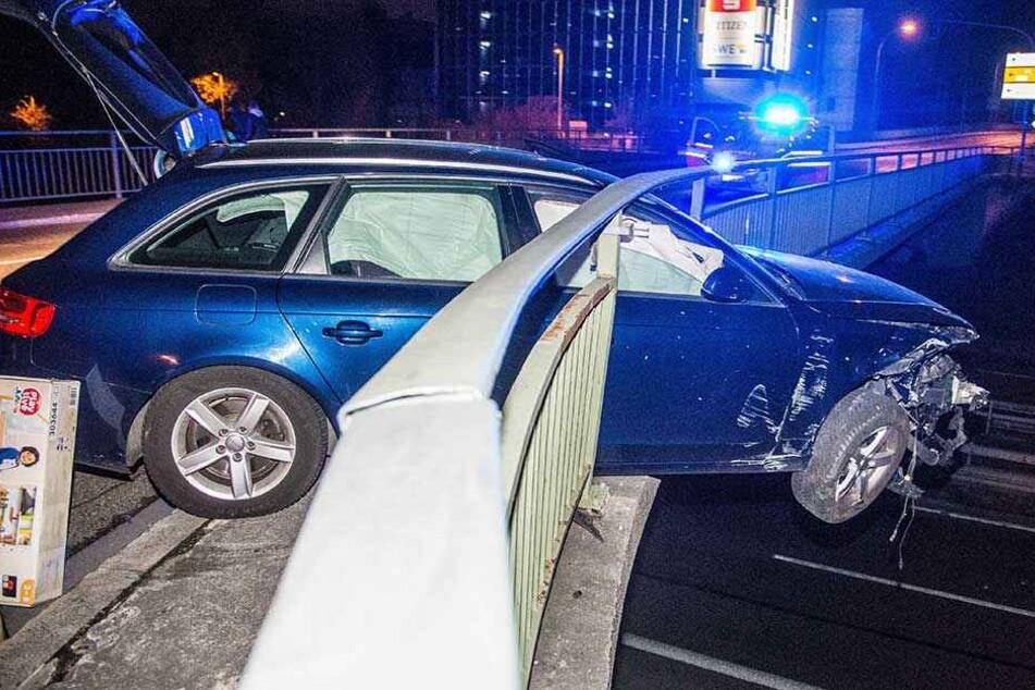 Der Audi durchbrach das Geländer und blieb dort stecken.