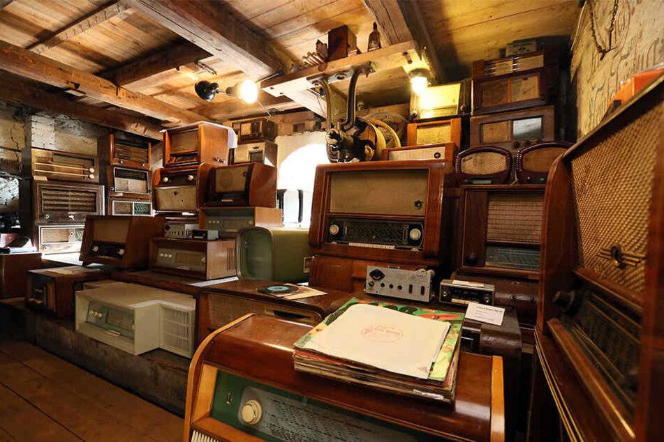 Um mehr Platz für seine Radios zu bekommen, hat Berthold Grenz seine Scheune ausgebaut.