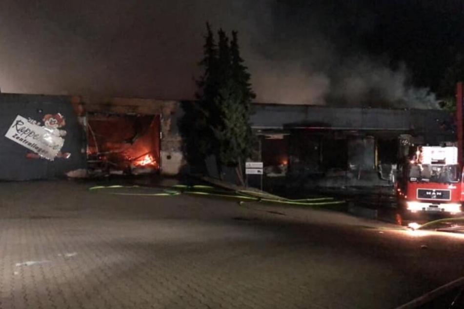 Die komplette Lagerhalle brannte nieder.