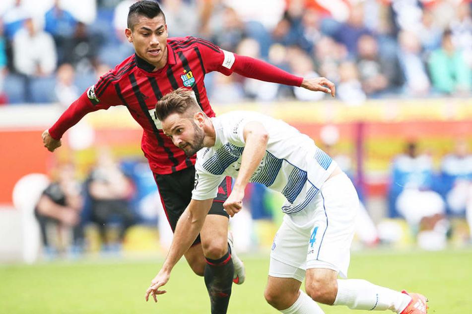 Mario Rodriguez (rotes Trikot) bestritt in  Duisburg sein erstes Drittligaspiel. Er hofft auf weitere Einsätze.