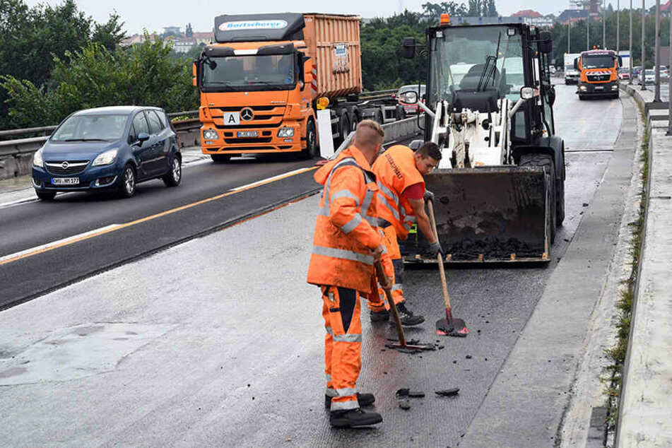 Bauarbeiter arbeiten an der Baustelle zur Rudolf-Wissell-Brücke der Autobahn A100.
