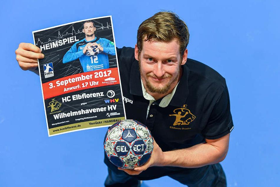 Mario Huhnstock präsentiert das Plakat für die Zweitliga-Heimspiel-Premiere des HC Elbflorenz gegen den Wilhelmshavener SV. Der Neuzugang ist einer der beiden Kapitäne des Teams und verfügt dank seiner Zeit beim HC Erlangen und Bergischen HC über viel Erf