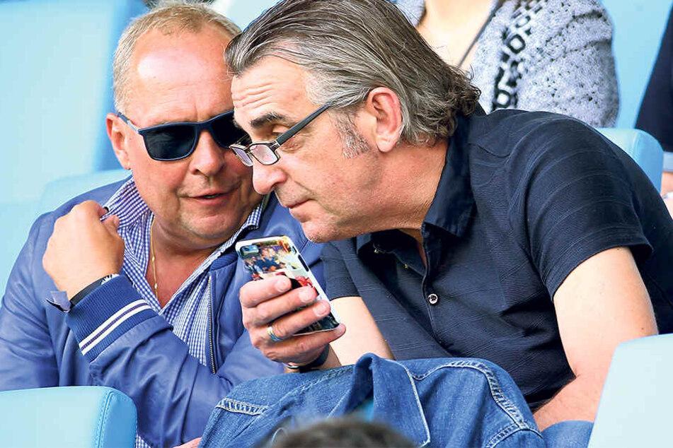 Besuchen auch gerne zusammen ein Fußballspiel, wie hier im Juli diePartie zwischen dem Chemnitzer FC und dem FSV Zwickau: Aues PräsidentHelge Leonhardt (l.) und Dynamo-Sportdirektor Ralf Minge.