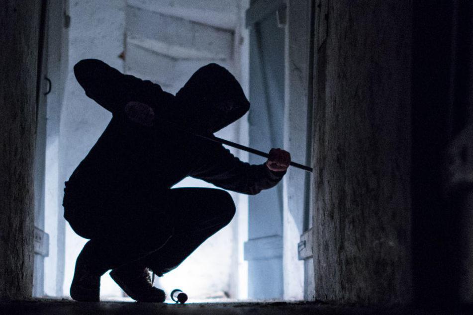 Der Einbrecher wurde nach der Tat noch von Nachbarn gesehen. (Symbolbild)