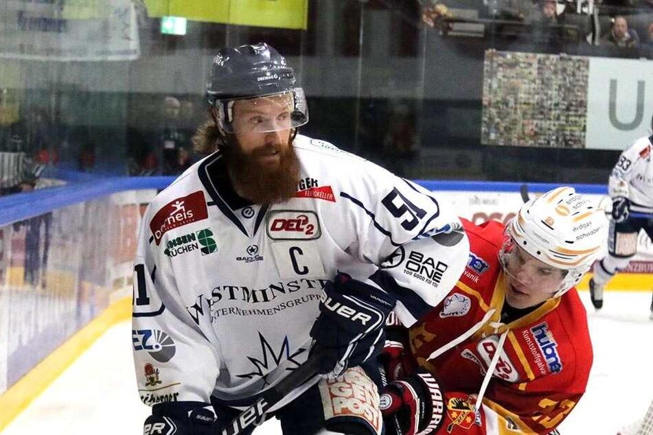 Eislöwen-Kapitän Thomas Pielmeier (l.) stemmte sich hier nicht nur gegen den Kaufbeurer Daniel Haase sondern auch erfolgreich gegen die Niederlage.