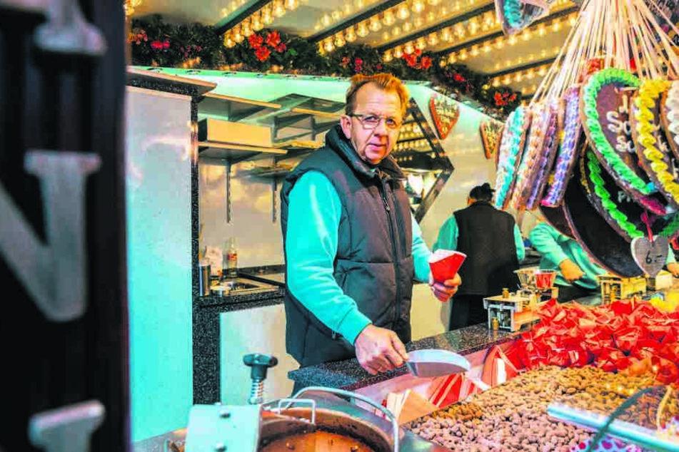 """Fast schon ein """"Dresdner"""" Original: Ingo Westenberg (60) aus Niedersachsen verkauft seine Süßwaren seit 27 Jahren auf dem Striezelmarkt."""