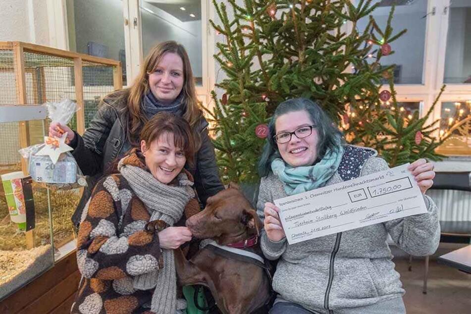 So viel Geld! Desiree Held (27) und Linda Wiedemann (28) übergaben 1700 Euro an die Tierheimleiterin Susann Scheibner.