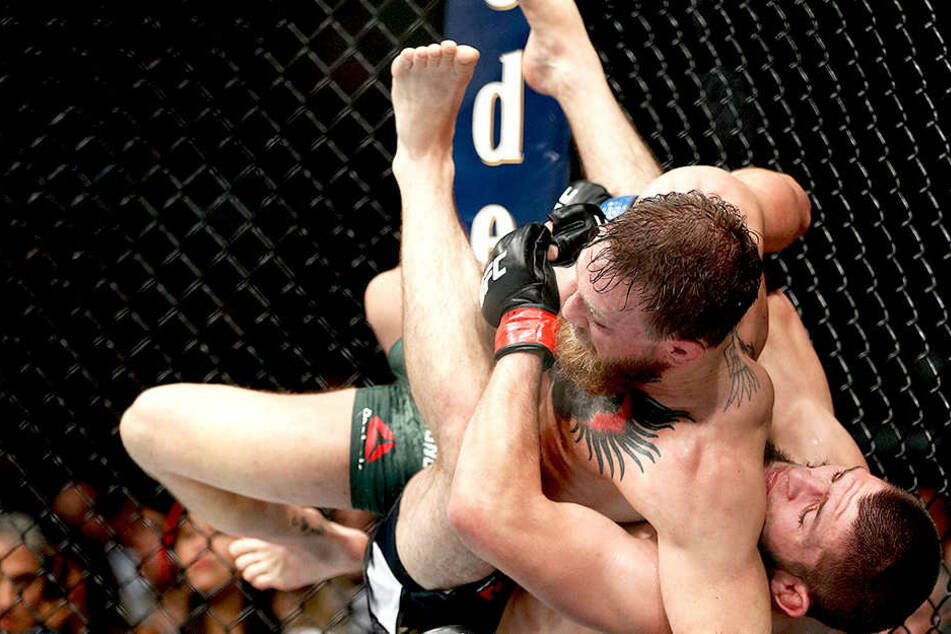 Mit Haken und Ösen wird bei Mixed-Martial-Arts Kämpfen gefightet. So auch zwischen Khabib Nurmagomedov (unten) und Conor McGregor.