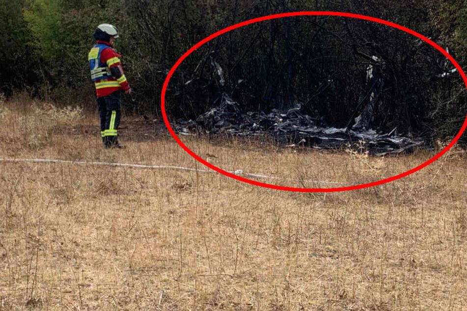 Ultraleicht-Flugzeug stürzt ab und fängt Feuer: Zwei Schwerverletzte