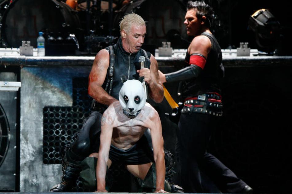 """""""Flake"""" (Mitte, mit Maske) auf der Bühne mit Rammstein."""