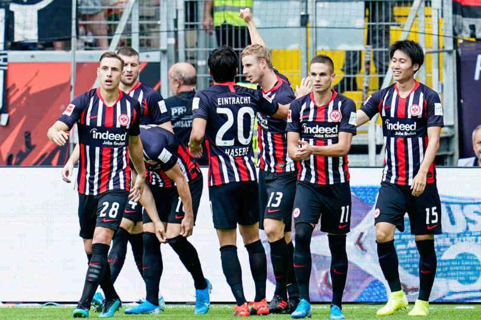 Die Spieler der Eintracht bejubeln den Blitz-Treffer nach nur 35 Sekunden von Martin Hinteregger (Mi. mit erhobener Faust).