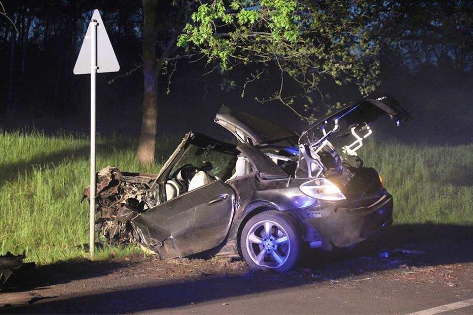 Die Frau wurde bei dem Aufprall aus dem Auto geschleudert und verstarb am Unfallort.