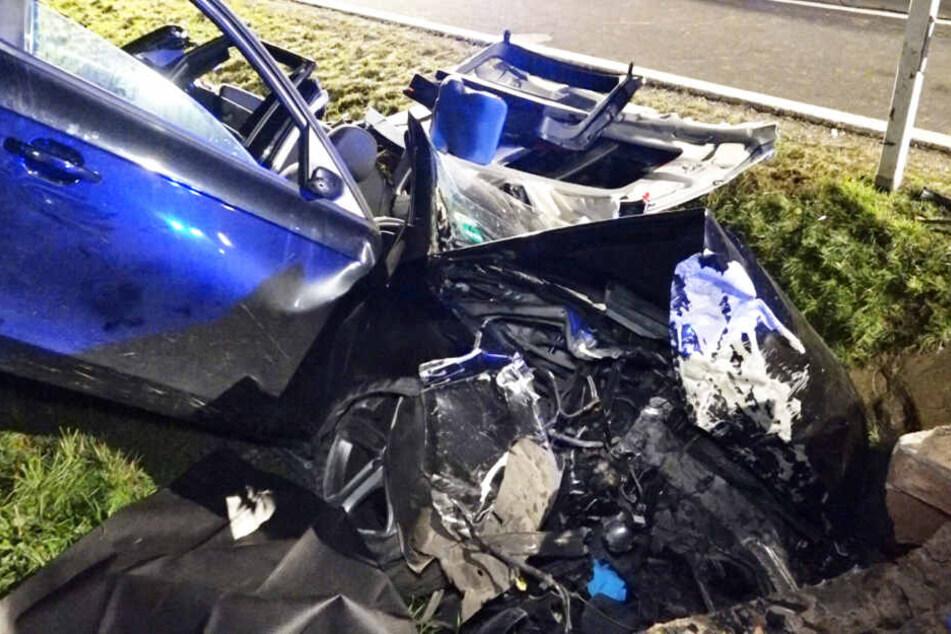 Audi kracht gegen Brückenpfeiler: Fahrer eingeklemmt, Auto komplett zerstört