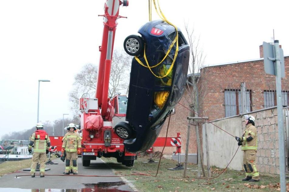 Das Auto wurde mit einem Kran aus dem Wasser gezogen.