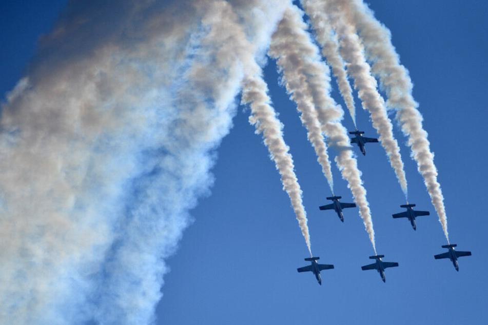 Jets zeigen während der ILA in Schönefeld eine Flughshow.