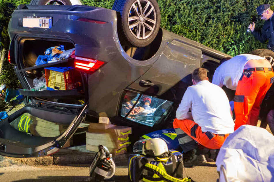 Einsatzkräfte bei der Rettung des jungen Autofahrers.